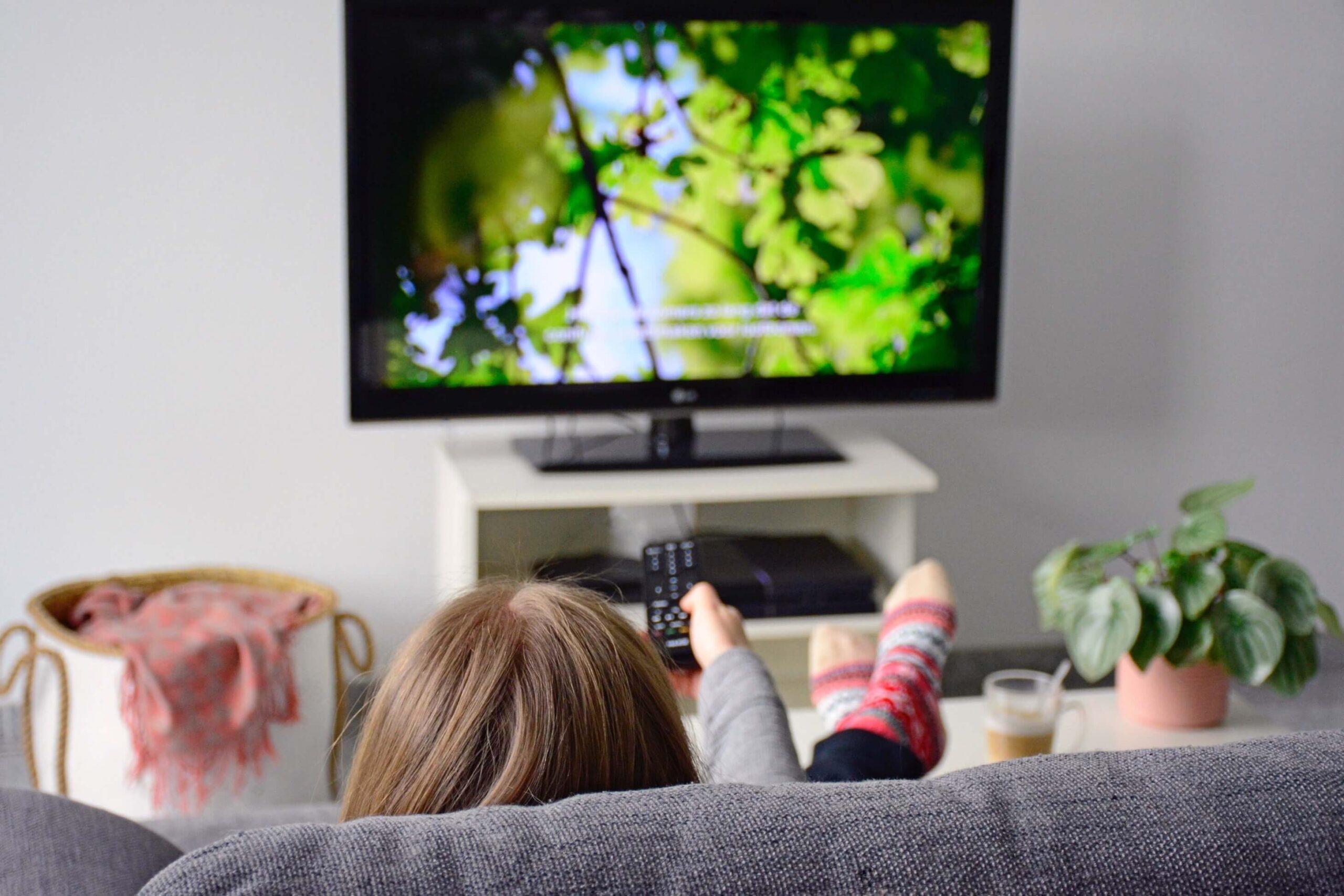Mujer viendo documentales de redes sociales de netflix